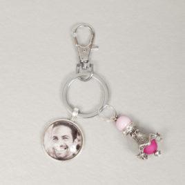 Foto sleutelhanger met 1 ronde foto bedel en donker roze engel