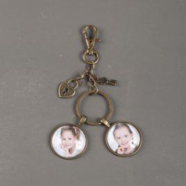 Sleutelhanger brons met 2 ronde foto bedels hartje en sleutel