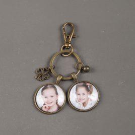 Sleutelhanger brons met 2 ronde foto bedels en geluksklavertje